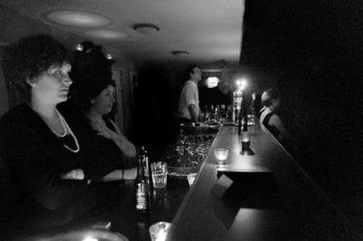 Le bar — côté intérieur — pendant une représentation : scepticisme au premier plan, omagad au deuxième.