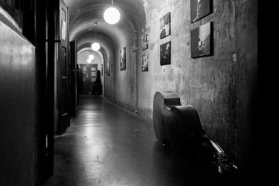 Le couloir longeant la salle principale et la contrebasse d'Eva.