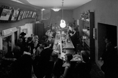 Le hall et son bar, après une représentation