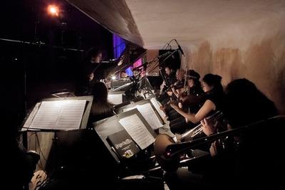 L'orchestre d'Exposure Berlin dans la fosse du Delphi